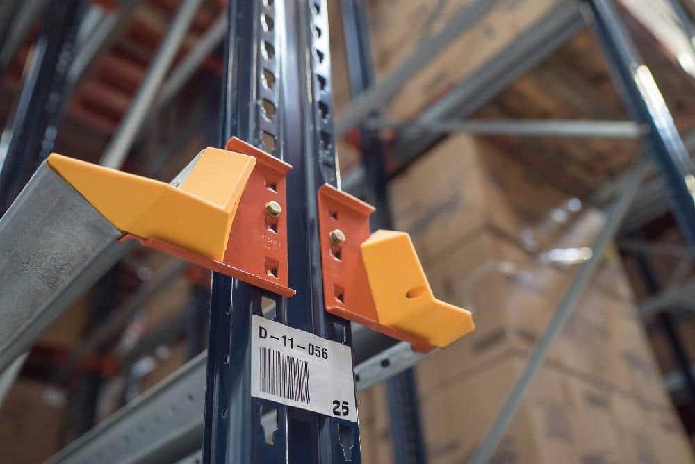 Le centreur de palette est un élément primordial dans les rayonnages par accumulation : il aide à insérer correctement la marchandise à l'entrée de l'allée de stockage
