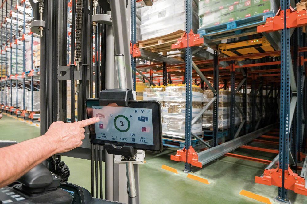 Avec le système Easy WMS de Mecalux, une tablette peut commander jusqu'à 18 navettes simultanément