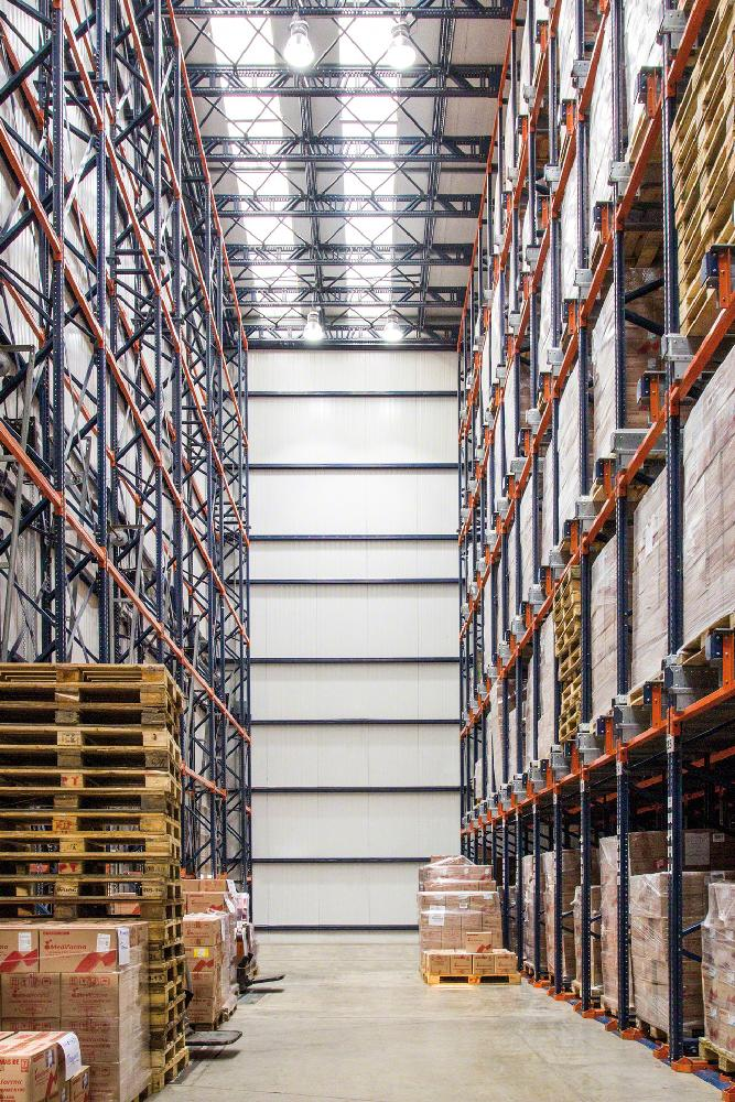 Dans un entrepôt autoportant, le système Pallet Shuttle contribue à maximiser la capacité de stockage