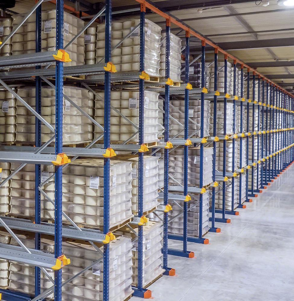 Les systèmes drive-in disposent de multiples allées de stockage à travers lesquelles les engins de manutention accèdent aux palettes