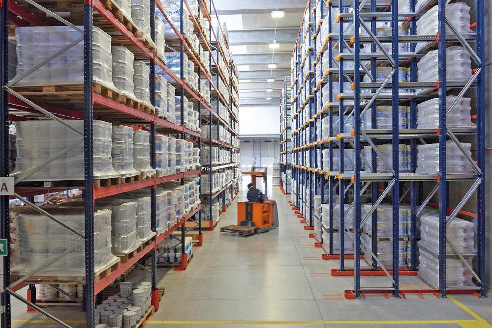 Pour optimiser le mode opératoire d'un entrepôt, les rayonnages par accumulation sont généralement associés avec d'autres systèmes de stockage