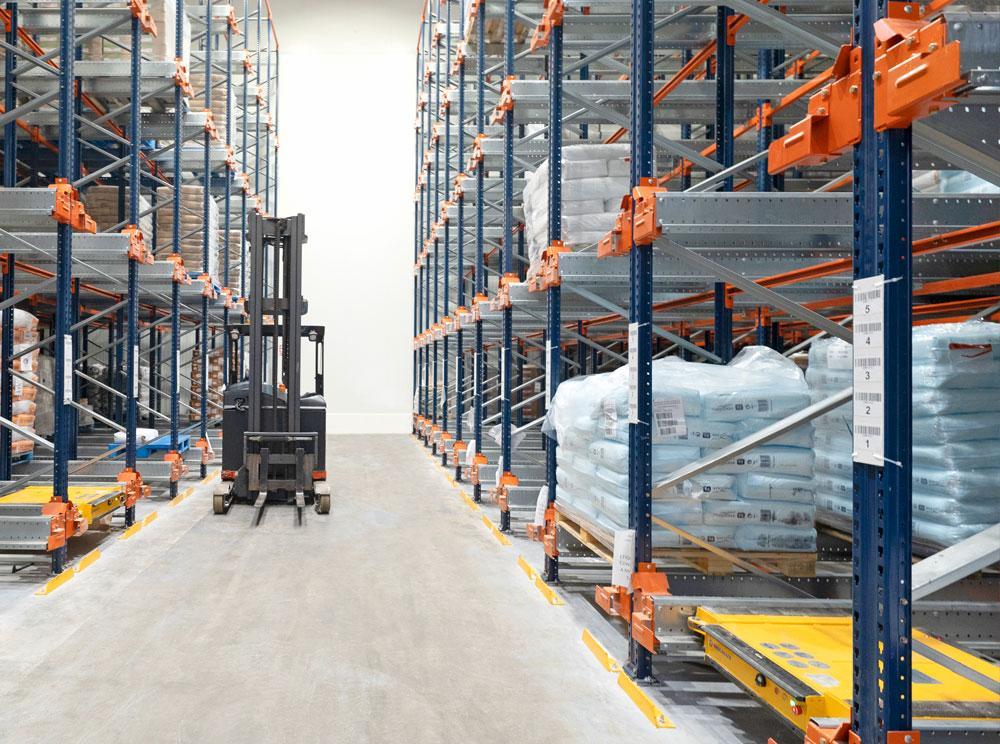 Les navettes Pallet Shuttle sont une solution idéale pour les entrepôts stockant peu de références et mesurant jusqu'à huit mètres de haut