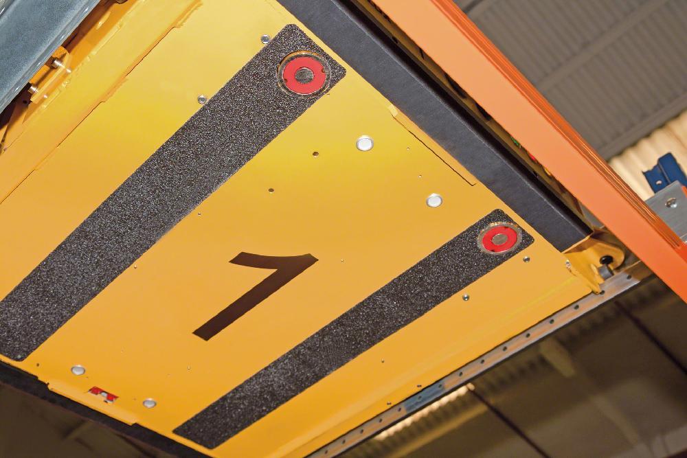 La navette semi-automatique possède un système de verrouillage qui assure sa fixation sur les fourches du chariot