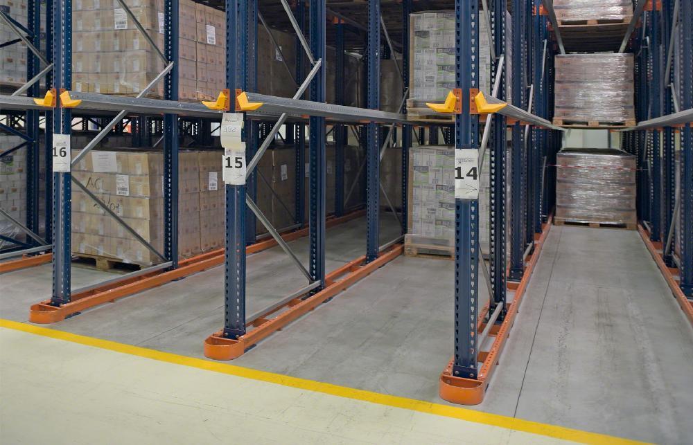 Le rail de guidage VGPC est très courant dans les entrepôts où les chariots circulent à l'intérieur des rayonnages par accumulation