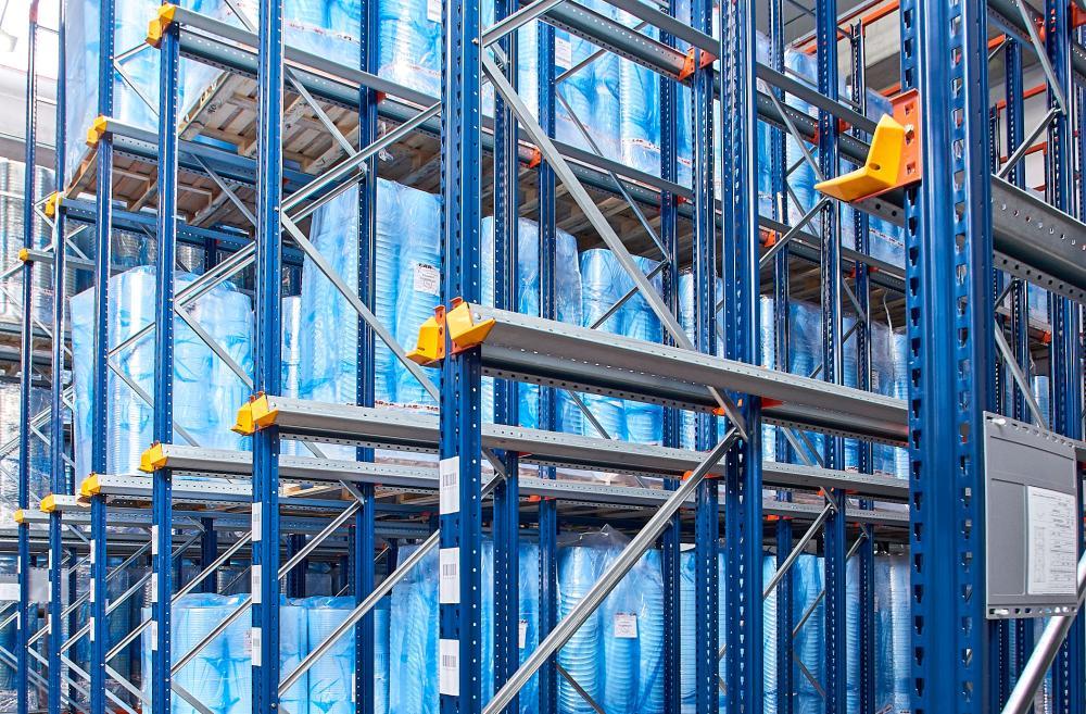 Les rails GP sont les plus utilisés pour supporter le poids de la marchandise dans les rayonnages drive-in