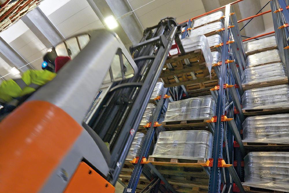 Les rayonnages par accumulation facilitent le chargement et le déchargement de la marchandise par les engins de manutention