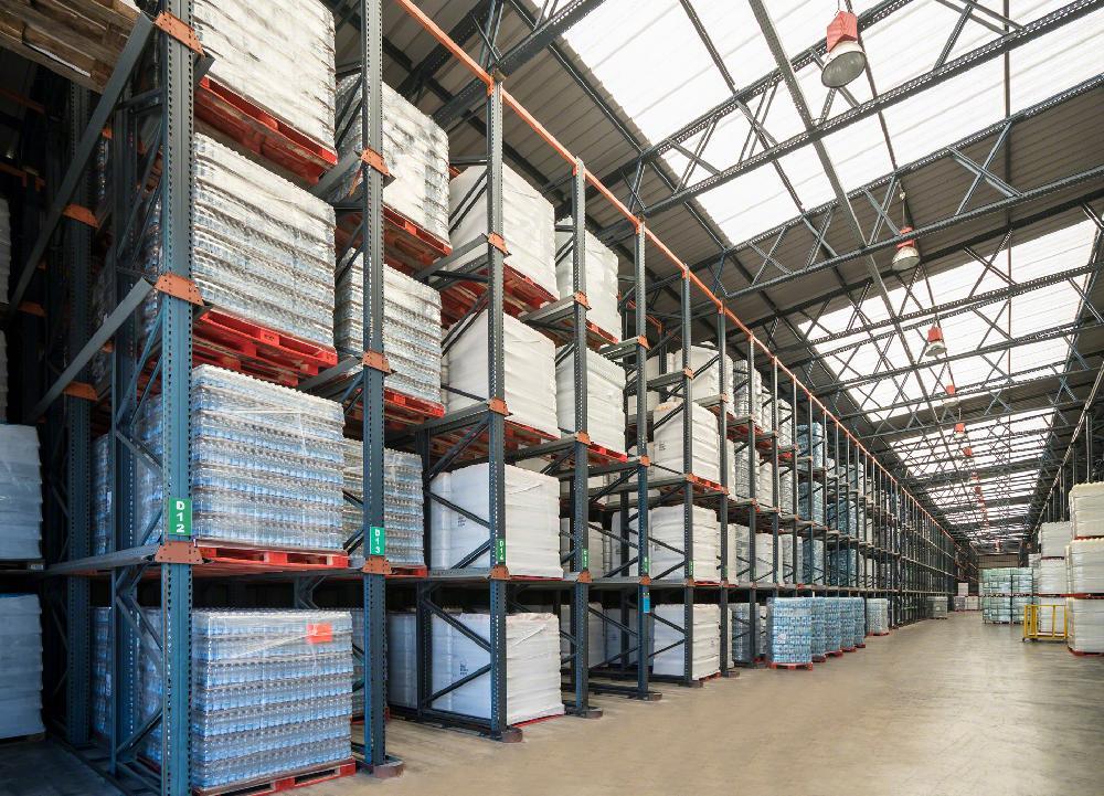 Les rayonnages par accumulation peuvent également faire partie de la structure de l'entrepôt et devenir des installations autoportantes