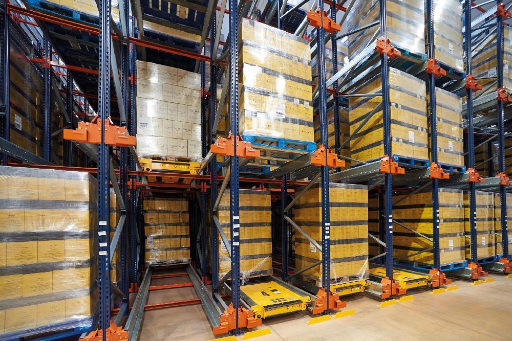 Dans les systèmes de rayonnages par accumulation, il est possible de placer une navette par canal pour augmenter la productivité