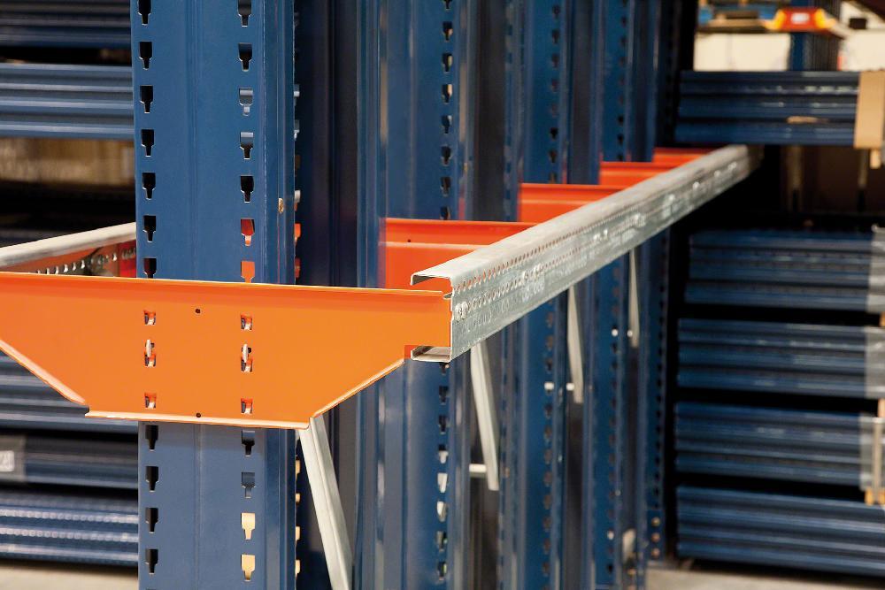 Les supports ont une double fonction : supporter le poids de la marchandise et servir de partie d'un rail de guidage
