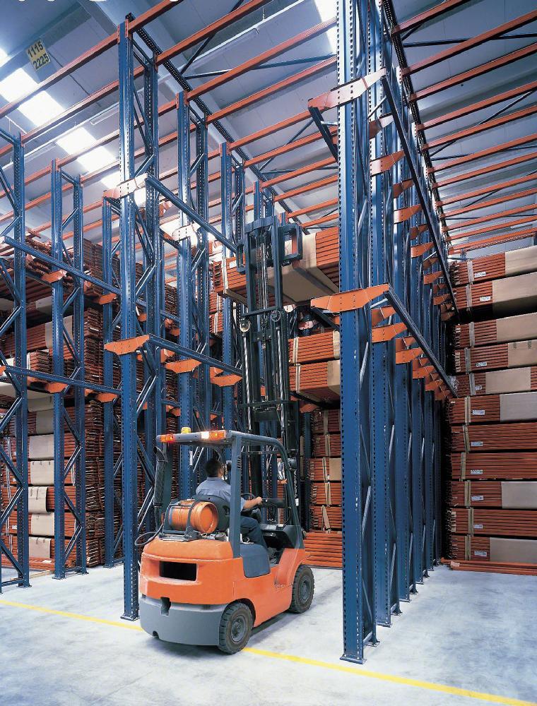 Les supports C utilisés dans les systèmes de stockage par accumulation servent à supporter indirectement le poids de la marchandise
