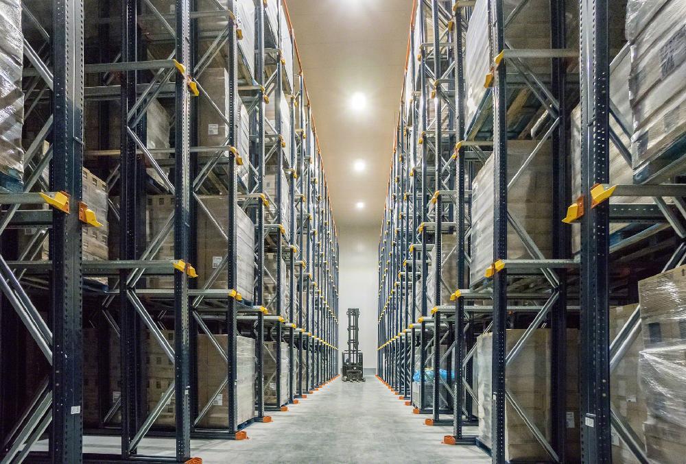 Le système drive-in utilise la capacité de stockage maximale de l'entrepôt, un facteur clé dans les chambres froides